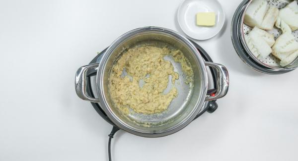 Cuando el Avisador (Audiotherm) emita un pitido al finalizar el tiempo de cocción, destapar, retirar la Softiera e incorporar el pan rallado a la salsa. Sazonar con sal pimienta y las hierbas, añadir 2/3 de la mantequilla y llevar a ebullición.
