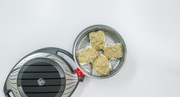 Repartir la mezcla sobre los filetes de pescado y agregar el resto de la mantequilla.