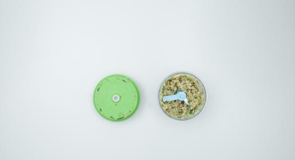 En el Quick Cut introducir la cebolla, el ajo y los dátiles y picar. Añadir los champiñones, las tostadas y las hierbas y volver a picar.
