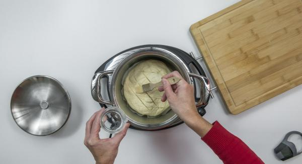 """Cuando el Avisador (Audiotherm) emita un pitido al llegar a la ventana de """"chuleta"""", introducir el papel de hornear y colocar encima la masa. Pintar con agua fría."""