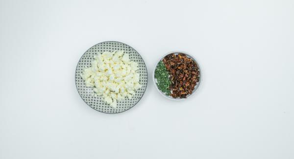Mientras tanto, desmenuzar el feta, picar los tomates y las hojas de salvia, mezclarlo todo y sazonar con pimienta.