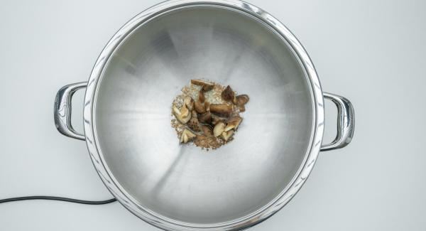 """Escurrir la pasta y las setas. Cuando el Avisador (Audiotherm) emita un pitido al llegar a la ventana de """"chuleta"""", bajar temperatura de Navigenio (nivel 2), añadir las setas, los fideos y por último las verduras. Añadir el caldo y la salsa de soja."""