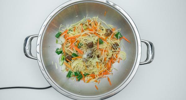 Cuando el Avisador (Audiotherm) emita un pitido al finalizar el tiempo de cocción, mezclar todo muy bien y sazonar al gusto de pimienta y sal.