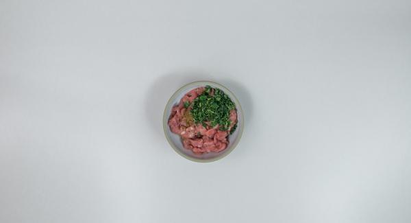 Mezclar bien la carne con aceite de oliva, hierbas y comino y dejar marinar en la nevera durante al menos 2 horas.