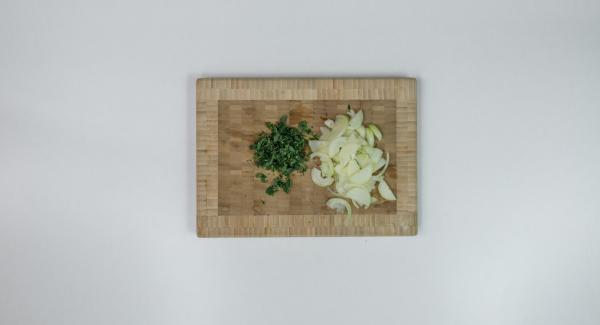 Pelar la cebolla, partir por la mitad y cortar en rodajas. Picar las hierbas finamente.