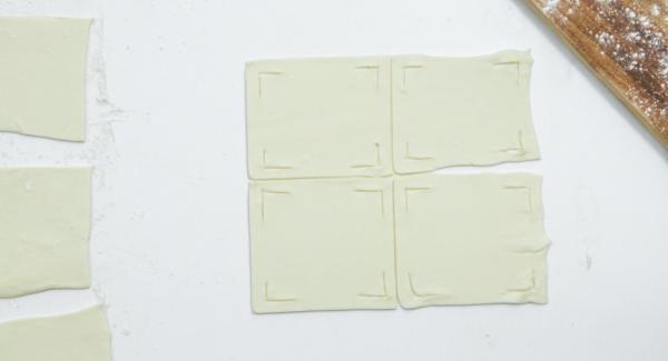 Hacer un corte en las 4 esquinas de cada cuadrado como se muestra en las fotos.