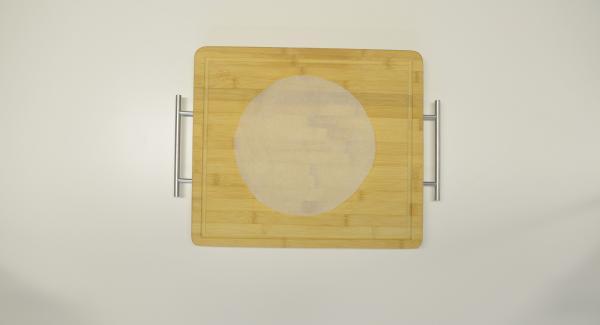 Con la ayuda de una tapa de 24 cm. cortar un círculo de papel de horno.