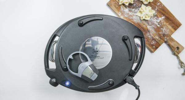 Colocar el Navigenio en modo de horno (poniéndolo invertido encima de la olla) y ajustar a temperatura baja. Cuando el Navigenio parpadee en rojo/azul, introducir 8 minutos en el Avisador (Audiotherm) y hornear hasta que esté dorado. Retirar.