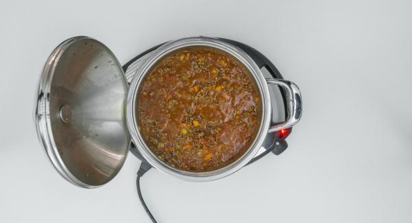 Añadir las hierbas a la salsa boloñesa, sazonar al gusto con las especias y el aceite de oliva y disponer junto con los ñoquis y el parmesano.