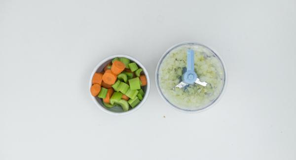 Pelar las cebollas, el ajo y las zanahorias, limpiar el apio y picarlo gradualmente en el Quick Cut.