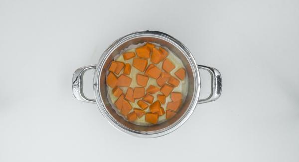 Sacar la calabaza de la olla, escurrir bien, hacer un puré fino y dejar enfriar.