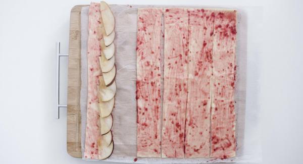 Colocar los trozos de manzana sobre uno de los bordes (aproximadamente de la mitad hacia afuera), dejando que sobresalgan un poco.