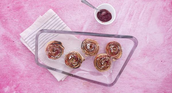Desmoldar las rosas y espolvorear azúcar glas. Comer templadas.