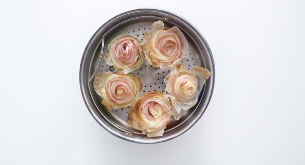 Al finalizar el tiempo de cocción, retirar del fuego y desmoldar las rosas.