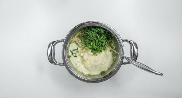 Limpiar el ajo silvestre y picarlo muy fino. Agregar la nata y el queso parmesano al risotto. Sazonar al gusto y servir inmediatamente.