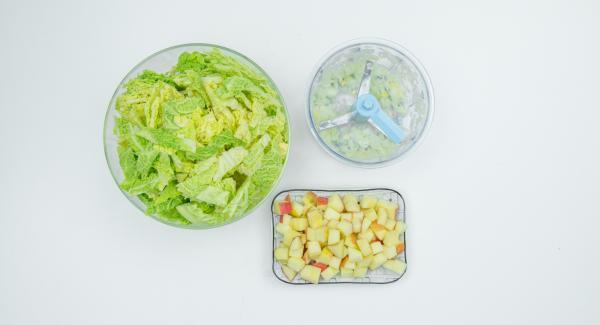 Limpiar la col, quitar el tallo y cortar las hojas en tiras. Picar la cebolla. Pelar la manzana, quitar las semillas y cortarlas en dados pequeños.