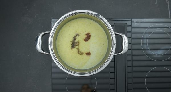 Despresurizar la Tapa Rápida (Secuquick Softline) pulsando el botón amarillo y retirar. Añadir la nata y triturar la sopa. Sazonar al gusto con sal, pimienta y nuez moscada y servir añadiendo el preparado de feta.