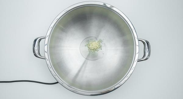 Pelar y picar el ajo e introducirlo en la olla con aceite.