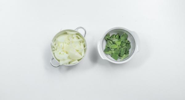 Cortar el queso feta en tiras anchas y cortar las aceitunas por la mitad. Pelar y cortar las cebollas por la mitad y luego en rodajas finas. Separar las hojas de orégano.