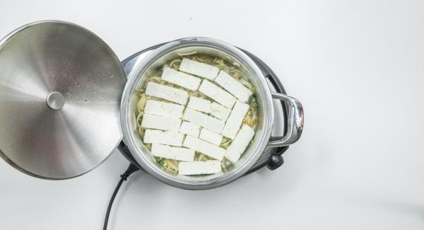 Poner el queso sobre la cama de cebolla. Rociar con aceite  y zumo de limón. Espolvorear el pimentón en polvo y añadir las aceitunas.