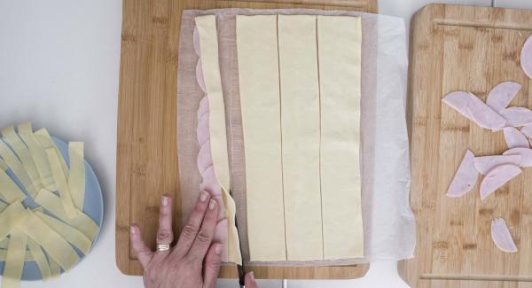 Doblar la masa por la mitad, dejando el jamón y el queso en el centro y enrollar.