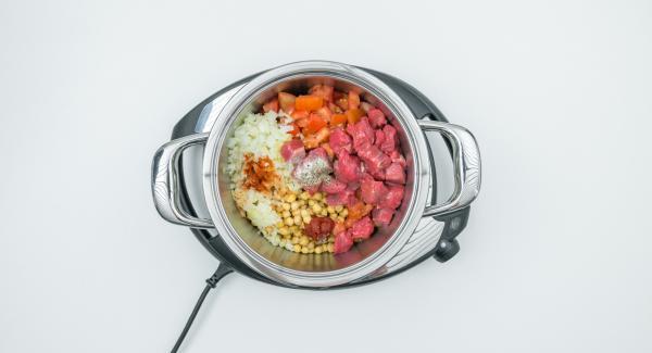 Pelar y picar las cebollas. Limpiar y cortar los tomates en dados. Poner todos los ingredientes en una olla con los garbanzos escurridos y sazonar. Tapar con la Tapa Rápida (Secuquick Softline).