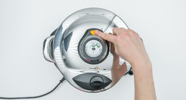Cuando el Avisador (Audiotherm) emita un pitido al finalizar el tiempo de cocción, dejar despresurizar la Tapa Rápida (Secuquick Softline) pulsando el botón amarillo y retirar. Rectificar de sal, pimienta y pimentón gusto y servir.