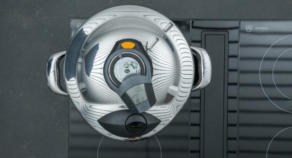 """Colocar la olla en el fuego a temperatura máxima. Encender el Avisador (Audiotherm) e introducir 12 minutos de tiempo de cocción. Colocarlo en el pomo (Visiotherm) y girar hasta que aparezca el símbolo """"Soft""""."""