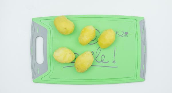 Despresurizar la Tapa Rápida (Secuquick Softline) pulsando el botón amarillo y dejar que las patatas se enfríen un poco. Pelar y prensar con un tenedor o prensa para patatas. Añadir el almidón, el huevo, el pan rallado, la sal, la pimienta y la nuez moscada a las patatas, mezclar bien hasta formar una masa compacta.