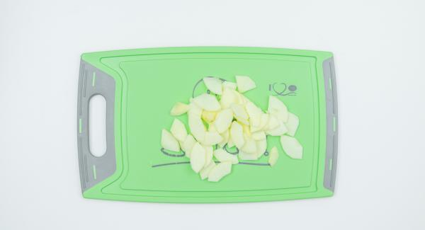 Remojar los arándanos en el zumo de manzana. Pelar, trocear y desgranar las manzanas, cortarlas en rodajas y rociarlas con zumo de limón.