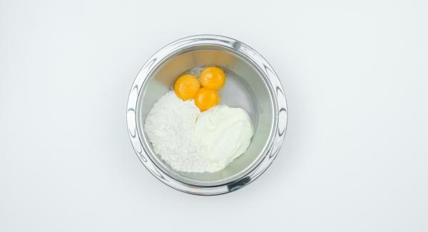 Mezclar la yema de huevo, la sal, la crema agria, la harina y el agua mineral. Incorporar la clara de huevo batida con cuidado.