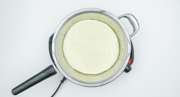 """Cuando el Avisador (Audiotherm) emita un pitido al llegar a la ventana de """"chuleta"""", bajar temperatura de Navigenio (nivel 2), añadir la mantequilla y distribuirla girando la sartén. Añadir la masa y tapar."""