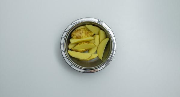 Cortar el pollo en trozos pequeños y mezclarlo con salsa  de curry. Lavar las patatas y cortarlas en rodajas.