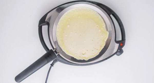 A continuación apagar el Navigenio y pintar la oPan con un poco de mantequilla. Añadir una fina capa de mezcla, repartiéndola bien por toda la oPan. Dorar por una cara y dar la vuelta para dorar la otra parte.