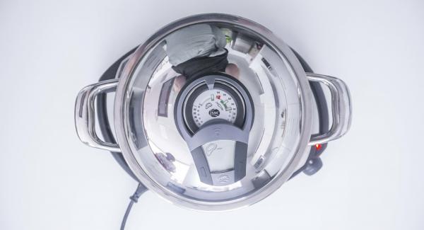 """Cuando el Avisador (Audiotherm) emita un pitido al llegar a la ventana de """"chuleta"""", bajar la temperatura del Navigenio (nivel 2). Destapar, añadir aceite y el marisco."""