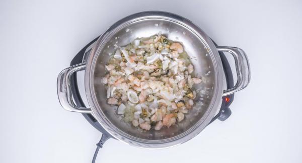 Añadir el vino y el perejil picado removiendo la mezcla. Aumentar la temperatura del Navigenio (nivel 6) y dejar evaporar durante 1 minuto.