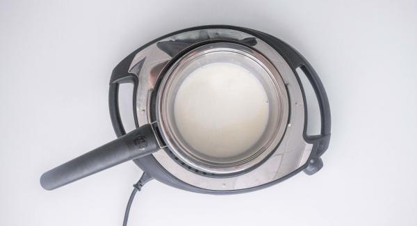 Mezclar la nata con el caldo de pescado.