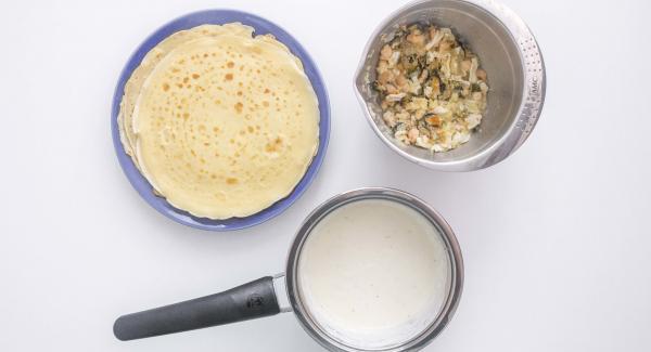 Rellenar las filloas con la mezcla de marisco. Colocarlas en la olla de 24 cm. y salsear al gusto. Calentar levemente y servir de inmediato.