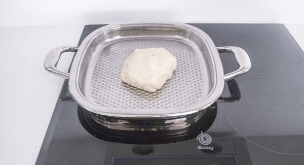 Untar el Arondo con una gota de aceite. Colocar la masa en su interior y extenderla bien hasta cubrir toda la unidad, con los dedos mojados.