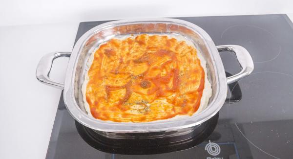 Untar con el tomate y espolvorear con orégano.