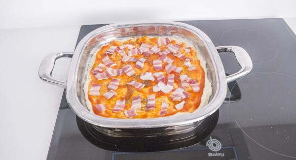 Distribuir los ingredientes al gusto y espolvorear el queso rallado por encima.