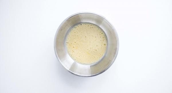 En un bol amplio, batir los huevos y agregar una pizca de sal,la levadura y la leche. Añadir la raspadura del limón, dos cucharadas grandes de azúcar y, poco a poco, la harina que admita hasta conseguir una masa no muy espesa. La masa debe ser consistente como para adherirse a la hoja.
