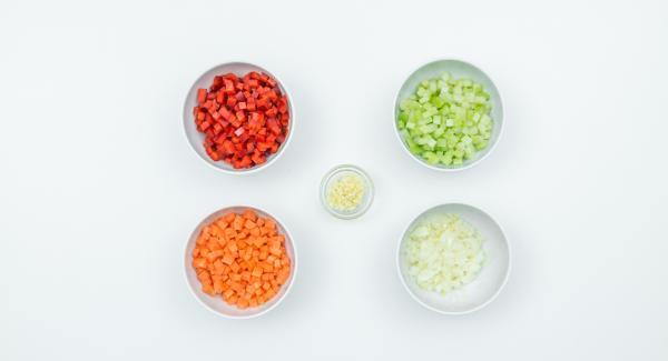 Lavar los mejillones y quitar las barbas. Separar los mejillones abiertos. Pelar la cebolla, el ajo y la zanahoria, limpiar el apio y el pimiento y picarlos finamente.