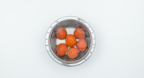 Escaldar los tomates, pelarlos y cortarlos en cubos.