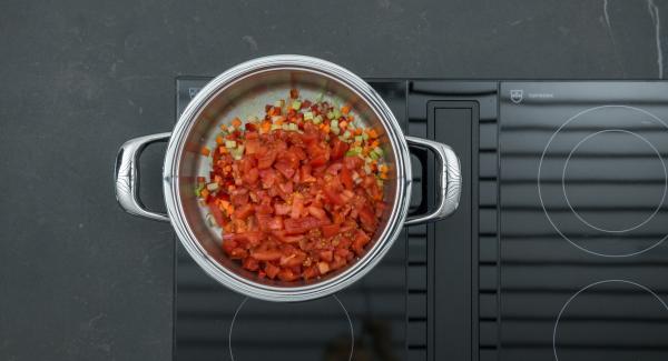 Añadir los tomates cortados en dados y el vino blanco. Poner los mejillones en el accesorio súper-vapor y colocarlo sobre la olla con el sofrito de verduras.