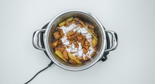 Cuando el Avisador (Audiotherm) emita un pitido al finalizar el tiempo de cocción, retirar la Softiera y añadir la leche de coco al pollo y sazonar al gusto.