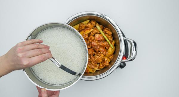 Introducir el arroz lavado, el agua y la sal, en la Softiera y colocar sobre la olla.