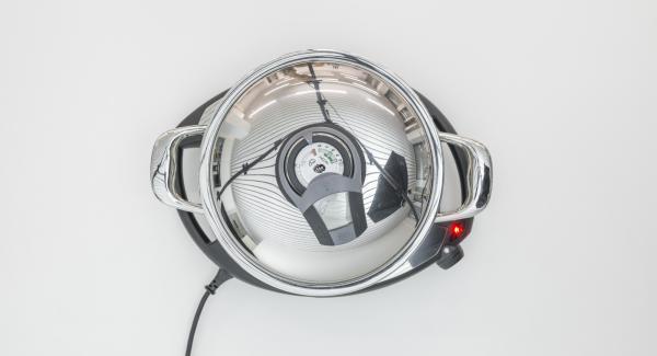 """Cuando el Avisador (Audiotherm) emita un pitido al llegar a la ventana de """"chuleta"""", bajar temperatura de Navigenio (nivel 2), colocar los medallones en la olla, tapar, ajustar el Avisador (Audiotherm) y cocinar hasta que se alcance los 90°C de temperatura."""