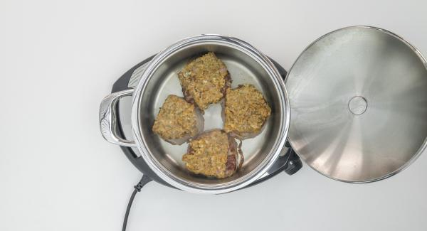 Distribuir la mezcla triturada sobre los cuatro medallones. Colocar el Navigenio en modo de horno (poniéndolo invertido encima de la olla) y ajustar a temperatura alta. Cuando el Navigenio parpadee en rojo/azul, introducir 6 minutos en el Avisador (Audiotherm) y gratinar hasta que esté dorado.