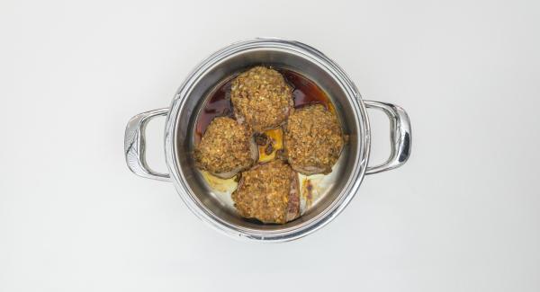 Retirar los medallones y colocar la olla en el Navigenio a temperatura máxima (nivel 6). Añadir el Oporto y el caldo y la mermelada. Sazonar con sal y pimienta y llevar a ebullición.